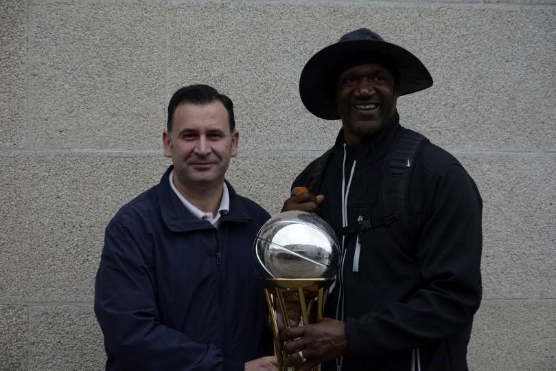 El alcalde de Sarria no perdió la oportunidad de fotografiarse con la estrella americana y con la Copa del Rey, desplazada a esta primera etapa